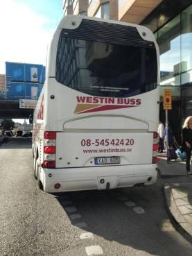 Westin Buss parkerad i cykelbanan vasagatan